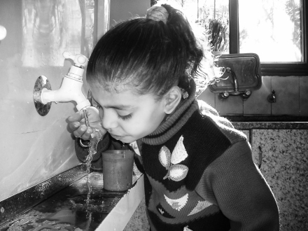 Girl in Gaza drinks clean water
